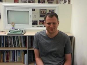העיתונאי עמר לחמנוביץ' זכה בפרס ברנשטיין לשנת 2013 על פרסום מאמרי ביקורת בעיתון ישראל היום / צילום: נטע בר יוסף
