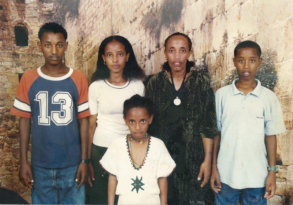 נגוסה מטקו מימין ובני משפחתו (מתוך האלבום המשפחתי)