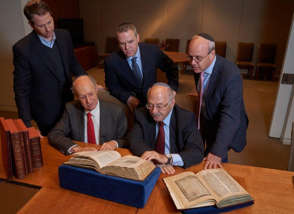 אנשי הספרייה הלאומית והתורמים מעיינים בספרים מאוסף וולמדונה