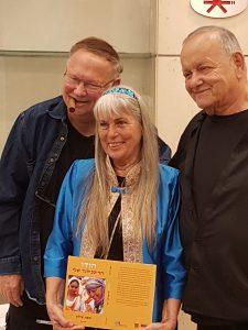 זהבה שילון בהשקת ספרה עם יגאל (משמאל) ודן שילון