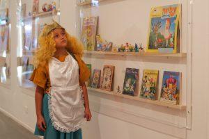 """אליס בארץ הספרים במוזיאון ת""""א, צילום גילעד שהבני"""